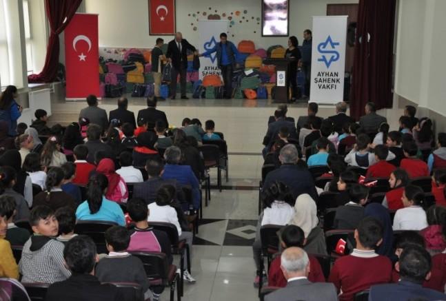 Ayhan Şahenk Vakfı 1050 Öğrenciye Giysi Yardımı