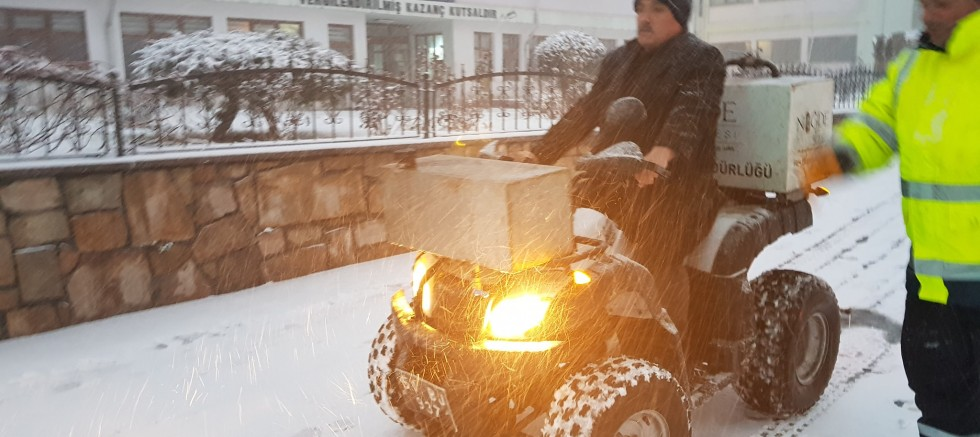 BAŞKAN ÖZKAN ATV ARACINA BİNDİ, KALDIRIMLARI SOLÜSYONLADI