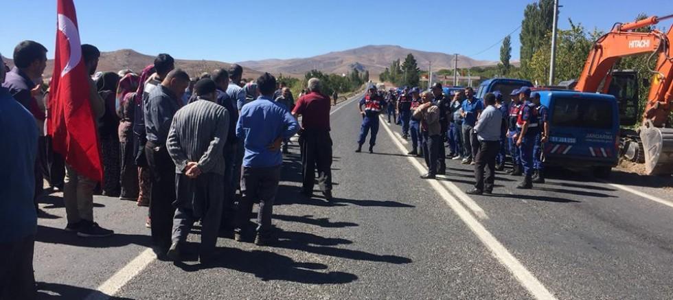 Köylüler Çamardı Niğde Yolunu Trafiğe Kapattı