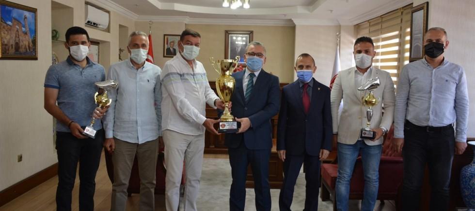 Niğde 51 Masterler Futbol Takımı Vali Şimşek'i Makamında Ziyaret Etti