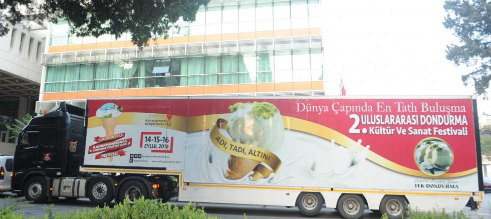 Niğde Belediyesi Önünde Dondurma İkramı