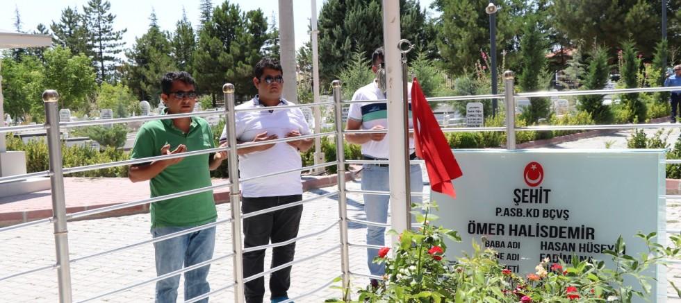 Ömer Halisdemir'in Kabrinde Ziyaretçi Yoğunluğu Yaşanıyor
